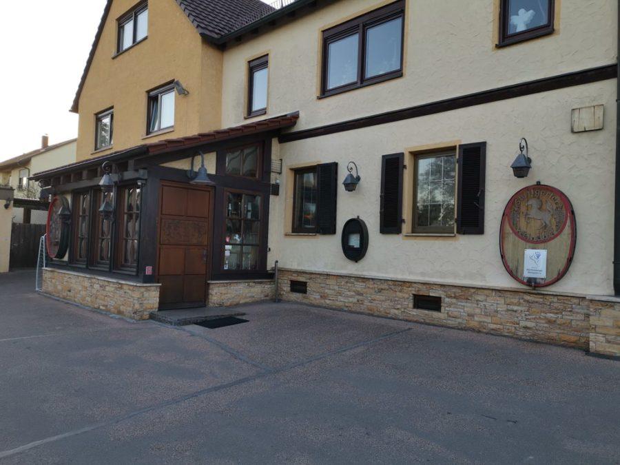 Der Eingang auf dem Parkplatz zum Jägerhof