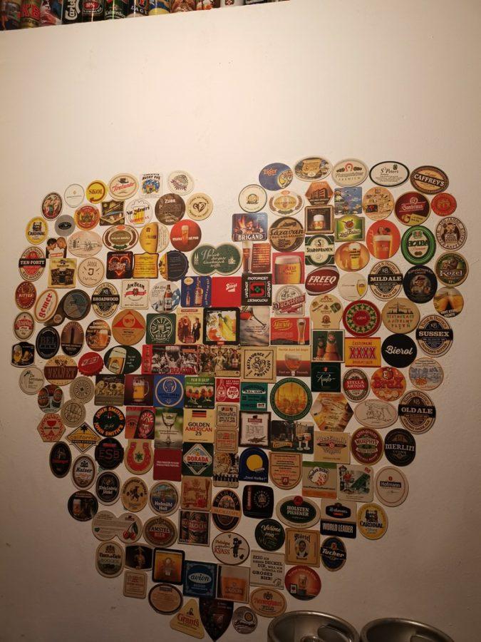 Ein Herz aus Bierdeckeln an der Wand