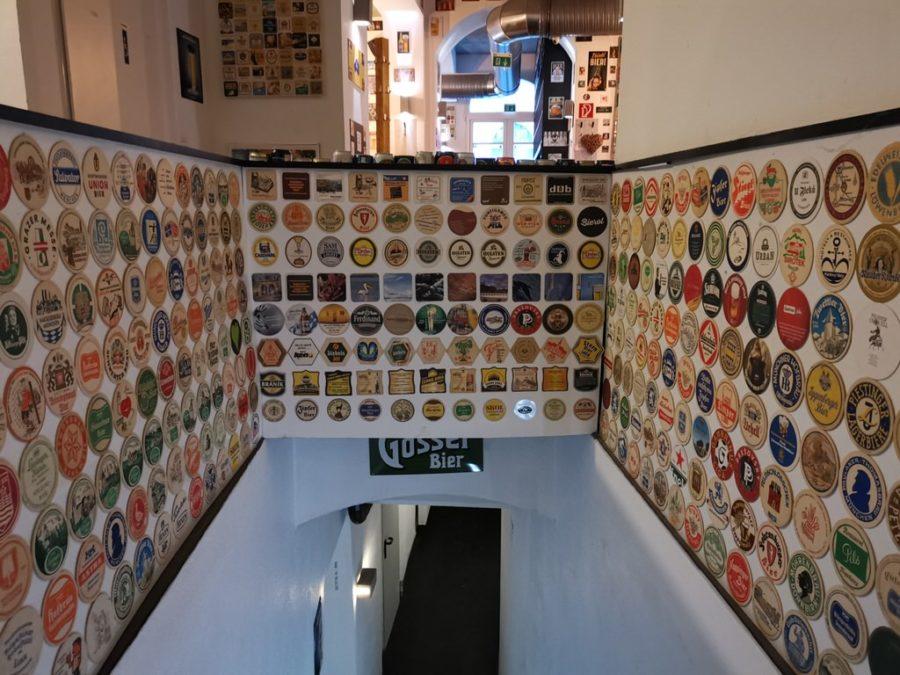 Und auch der Weg zur Toilette ist mit Bierdeckeln aus allen Ländern der Welt gesäumt