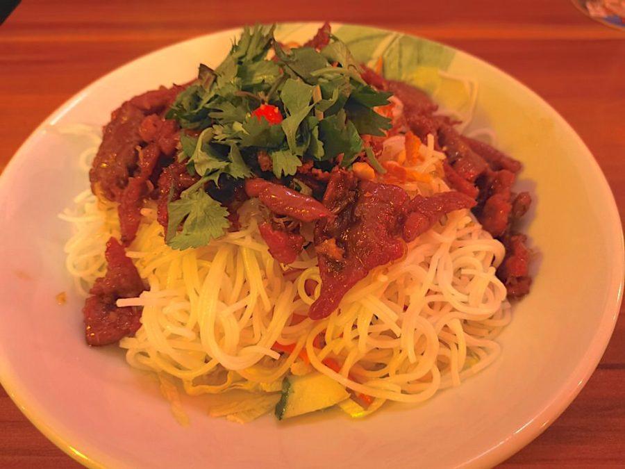 Bun Bo Nam Bo: gebratenes Rindfleisch mit Gurken, Salat, Koriander, Minze, Karotten, Erdnüssen und Röstzwiebeln mit Reisnudeln im Ha Long Stuttgart