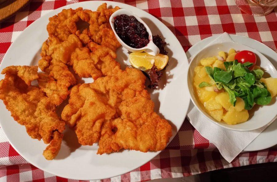 Original Wiener Schnitzel vom Kalb mit Erdäpfel-Vogerlsalat im Wiener Wia-z ' Haus