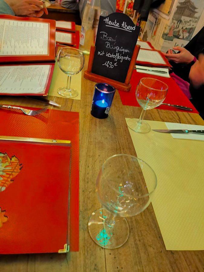 Eingedeckter Tisch im französischen Bistro Le Tonneau Stuttgart