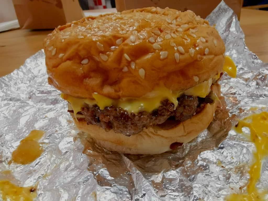 Bacon Cheeseburger im Five Guys Stuttgart