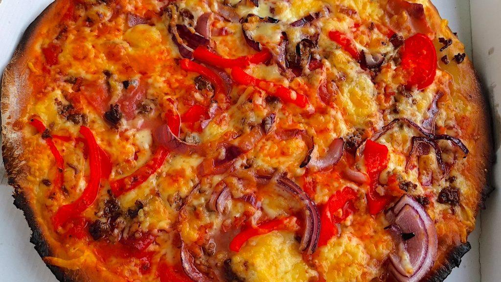 Pizza Napoletana (Paprika, Hackfleisch, Salami, Schinken, Speck, Käse, Knoblauch) mit extra Käse und Zwiebeln vom Pizza Service Laurita