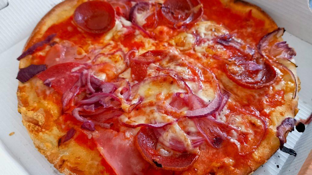 Pizza von Pizza Niro: Mit Schinken, Salami, und extra Sucuk, Zwiebeln, Gauda und Knoblauch